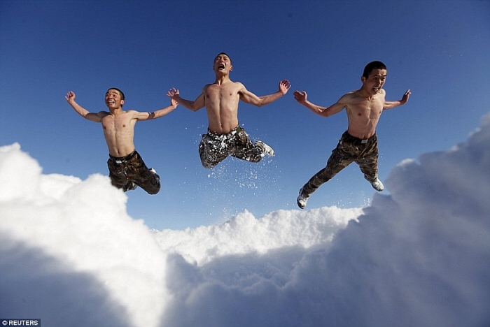 Các binhsỹ cởi trần tập luyện để rèn khả năng thể lực và tinh thần (Ảnh: Reuters).